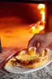 Jaune d'oeuf de cuisinier de Lozhit dans le khachapuri d'Ajarian préparation Image stock