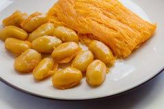 Jaune d'oeuf et pâte de haricot déchiquetés par bonbon Images stock