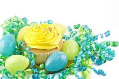 jaune d'oeufs de pâques de décorations de gâteau Images libres de droits