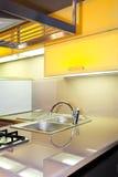 jaune de bassin de cuisine images stock