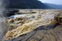jaune de cascade à écriture ligne par ligne de fleuve de magnificence de hukou Image libre de droits