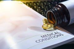 Jaune de couleur de pilules sur les soins de santé de concept de livre de médicament dar photo libre de droits