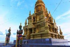 Or jaune de pagoda chez Wat Laem Sor du ciel bouddhiste b de bord de la mer photos libres de droits