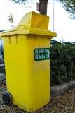 Jaune de poubelle photo stock