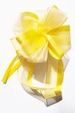 Jaune de proue de cadeau avec la bande d'or photos libres de droits