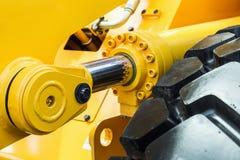 Jaune de tracteur de l'hydraulique photographie stock