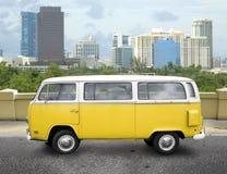 jaune de van vintage Photo libre de droits
