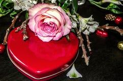 jaunedu pinkbordé s'est levé avec le coeur rouge de boîte Photo libre de droits