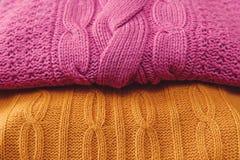 Jaune et articles tricotés par rose Fabriqué à la main ; Ouvrage d'agrément Fond Images libres de droits