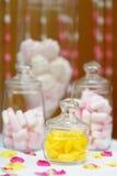 Jaune et table ou friandise douce de rose Photos stock