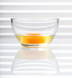 Jaune jaune dans le bol en verre Photographie stock
