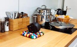 Jaune noir propre de plat en bois de table de petit pain de tasse de cuisine de casserole de pot de cookware d'acier inoxydable photo libre de droits