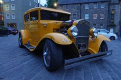 Jaune oldmobile sur la rue d'Edimbourg photos stock