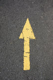 Jaune peint de route goudronnée vieux. Photographie stock