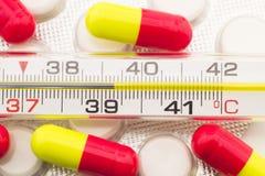 Jaune rouge de pilule en verre de thermomètre Photo libre de droits