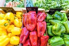 Jaune, rouge et poivrons verts à vendre dans le marché local Photographie stock libre de droits