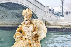 Jaune vénitien de masque Masque de carnaval à Venise, Italie Carnaval Venise 2017 Photo stock