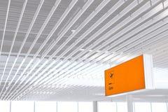 Jaunissez le signe lumineux à l'aéroport avec le nombre de porte Photographie stock
