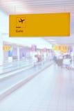 Jaunissez le signe lumineux à l'aéroport avec le nombre de porte Image stock