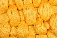 Jaunissez les écheveaux tordus de la soie comme texture de fond Photos libres de droits