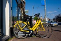Jaunissez les bicyclettes pour le loyer photo stock