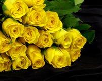 Jaunissez les roses sur le noir Photographie stock libre de droits