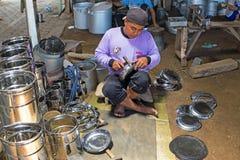 JAVA,印度尼西亚- 2016年12月21日:做厨房utens的工作者 图库摄影