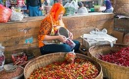 JAVA,印度尼西亚- 2016年12月18日:卖vegetab的销售妇女 库存照片