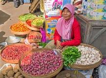 JAVA,印度尼西亚- 2016年12月18日:卖vegetab的销售妇女 图库摄影