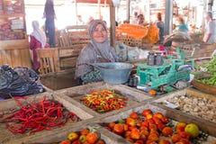 JAVA,印度尼西亚- 2016年12月18日:卖vegetab的销售妇女 免版税库存图片