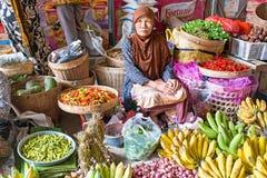 JAVA,印度尼西亚- 2016年12月18日:在市场s上的销售妇女 库存图片