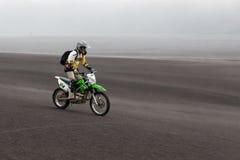 JAVA,印度尼西亚- 2015年4月19日:旅游骑马 免版税图库摄影