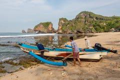 JAVA,印度尼西亚- 2015年4月10日:渔夫采取 免版税库存照片