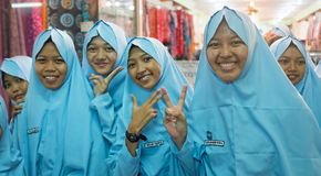 JAVA,印度尼西亚- 2016年12月16日:镇doi的宗教妇女 免版税库存图片