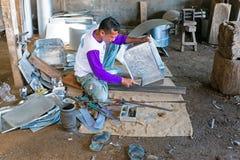 JAVA,印度尼西亚- 2016年12月21日:做厨房utens的工作者 库存照片