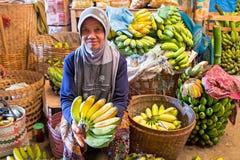 JAVA,印度尼西亚- 2016年12月18日:卖在市场上的妇女香蕉在印度尼西亚 库存图片