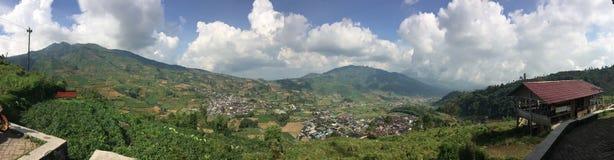 Java, Индонесия Взгляд от дороги горы на холмах с зелеными полями и деревни в долине стоковые фотографии rf
