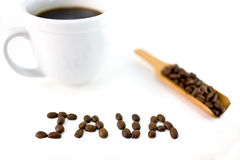 JAVA buchstabierte in den Bohnen mit Kaffeetasse Lizenzfreie Stockfotografie