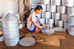 JAVA, INDONÉSIA - 21 DE DEZEMBRO DE 2016: Trabalhador que faz utensílios da cozinha em Indonésia Fotos de Stock