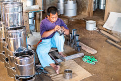 JAVA, INDONÉSIA - 21 DE DEZEMBRO DE 2016: Trabalhador que faz utensílios da cozinha em Indonésia Foto de Stock