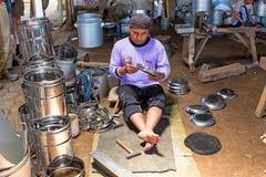 JAVA, INDONÉSIA - 21 DE DEZEMBRO DE 2016: Trabalhador que faz utens da cozinha Fotografia de Stock