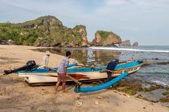 JAVA, INDONESIEN - 10. April 2015: Fischernehmen lizenzfreie stockfotografie