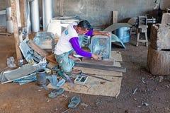 JAVA, INDONESIEN - 21. DEZEMBER 2016: Arbeitskraft, die Küche utens macht Stockfotografie