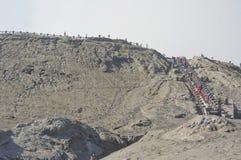 JAVA ORIENTAL, INDONESIA 21 DE NOVIEMBRE: Turistas indefinidos en el rastro al cráter del soporte Bromo en el parque nacional de  Imágenes de archivo libres de regalías