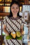 """Javanese женщина показывает плод в музее шоколада """"Monggo """", Yogyakarta какао стоковые фото"""