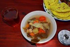 Javanese specialiteiten, met rijst contentsand Sayur asem stock afbeeldingen