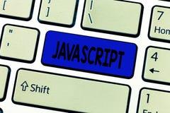 Javascript för textteckenvisning Den begreppsmässiga fotodatoren som programmerar det van vid språket, skapar växelverkande effek royaltyfria foton