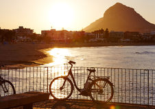Javea Xabia日落与Montgo的阿雷纳尔海滩 图库摄影