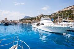 Javea Xabia有蒙戈币山的口岸小游艇船坞在阿利坎特 免版税库存照片