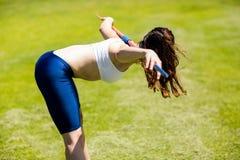 Javelot de transport d'athlète féminin sur son épaule Image libre de droits